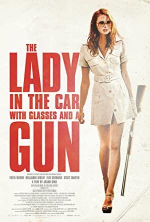 Hölgy az autóban szemüvegben és puskával